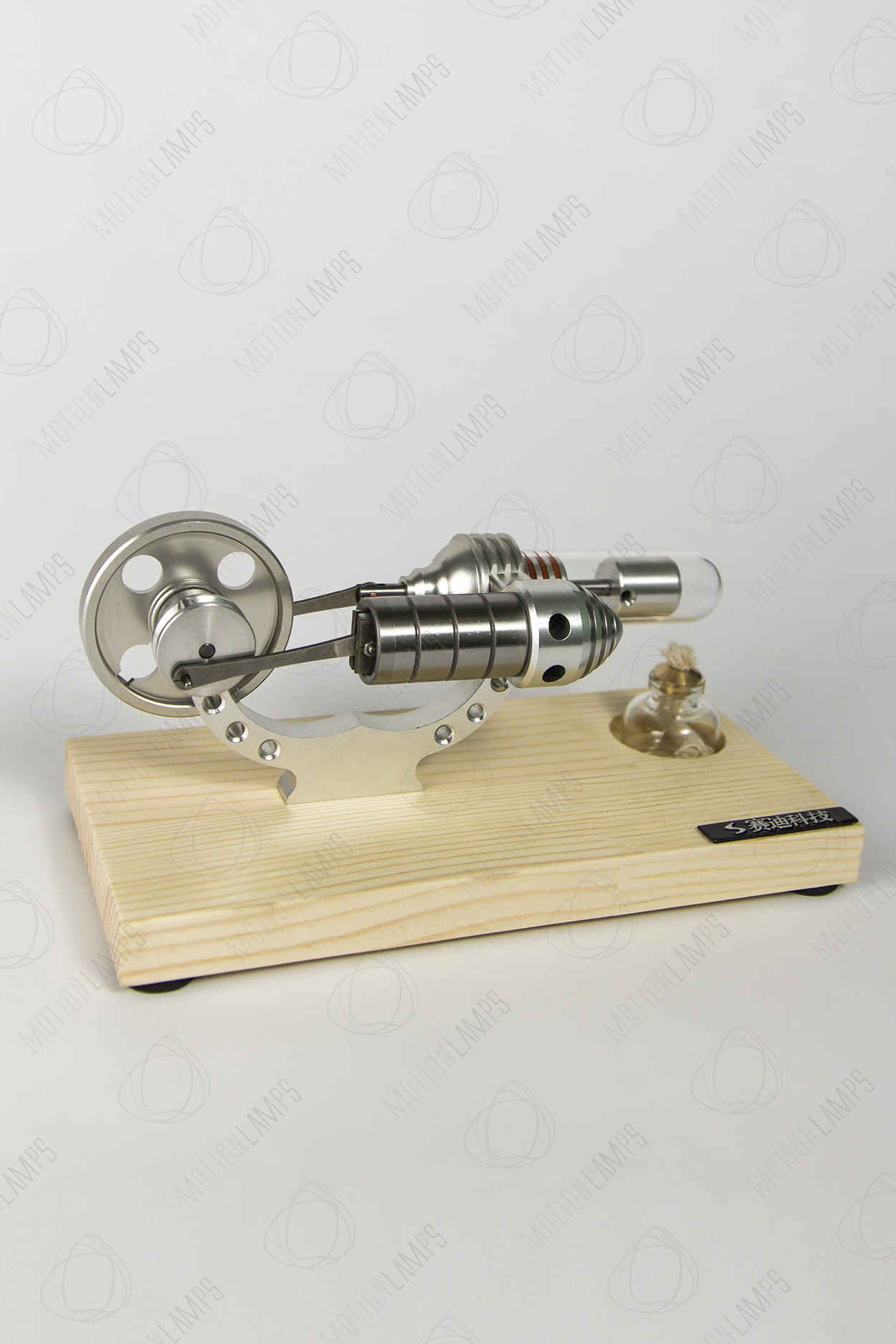 Двигатель Стирлинга на деревянной подставке в Москве